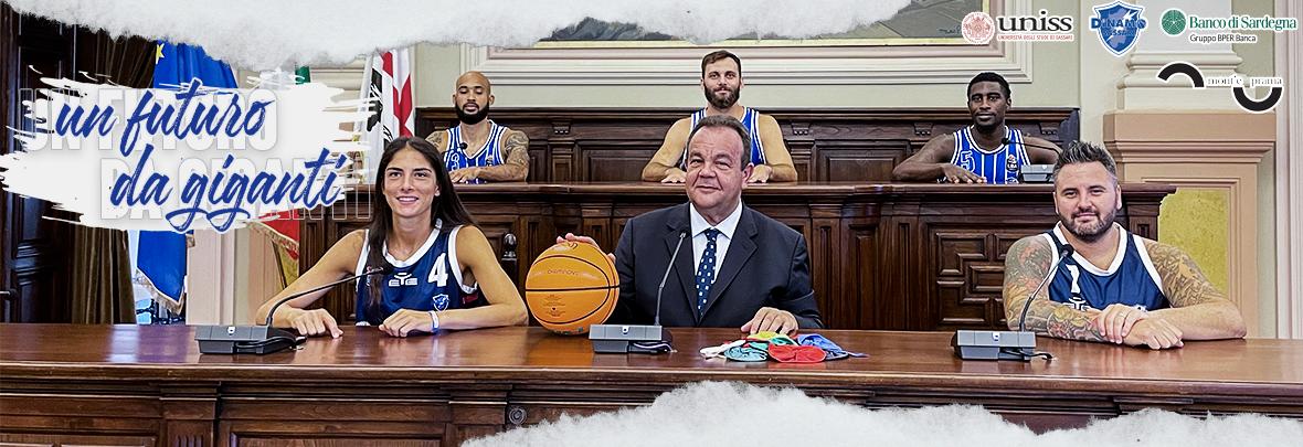 Giocatori della Dinamo basket seduti in Aula Magna insieme al Rettore Gavino Mariotti
